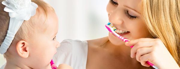 чистить зубы как
